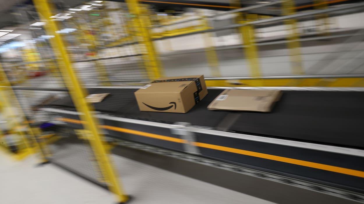 Un colis expédié par Amazon sur un tapis roulant.