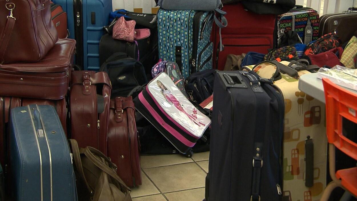 Des dizaines de valises sont entassées.