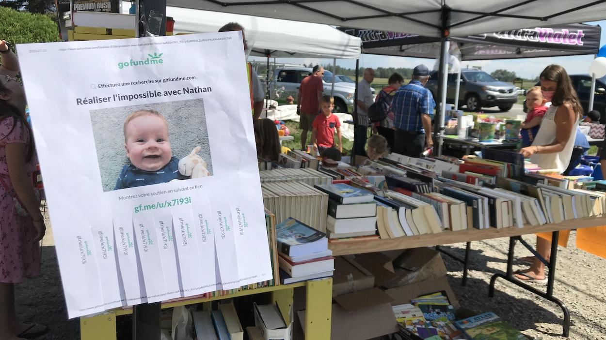 Un affiche de Nathan devant un kiosque de vente.