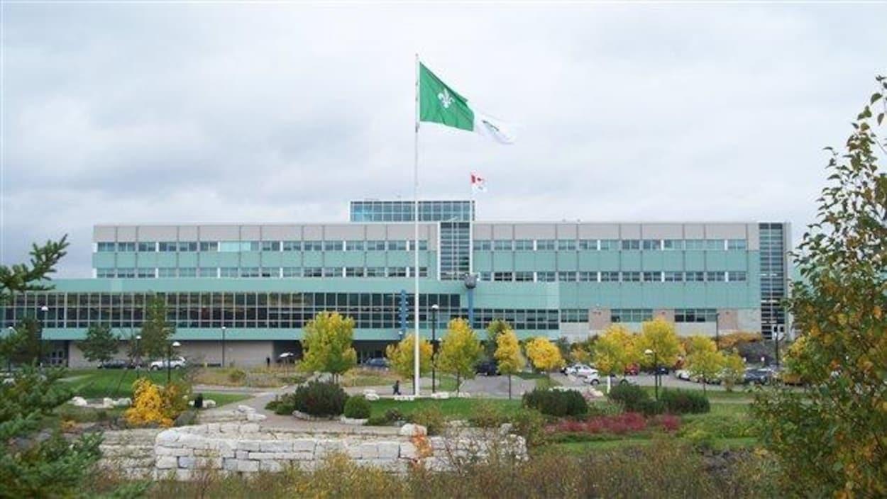Façade en automne du campus du Collège Boréal de Sudbury.