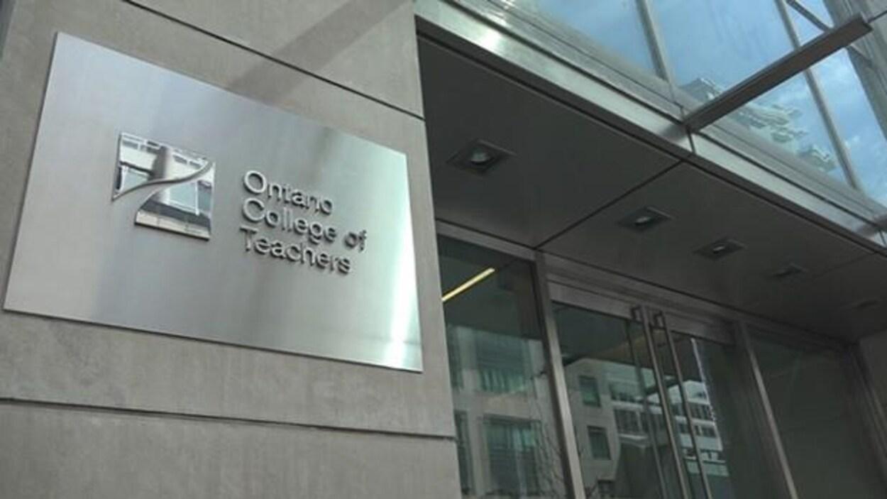 L'enseigne de l'Ordre des enseignantes et des enseignants de l'Ontario sur un édifice