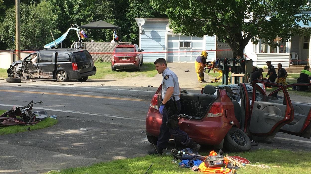 Une mini-fourgonnette et une voiture sont endommagées sur la route 247.