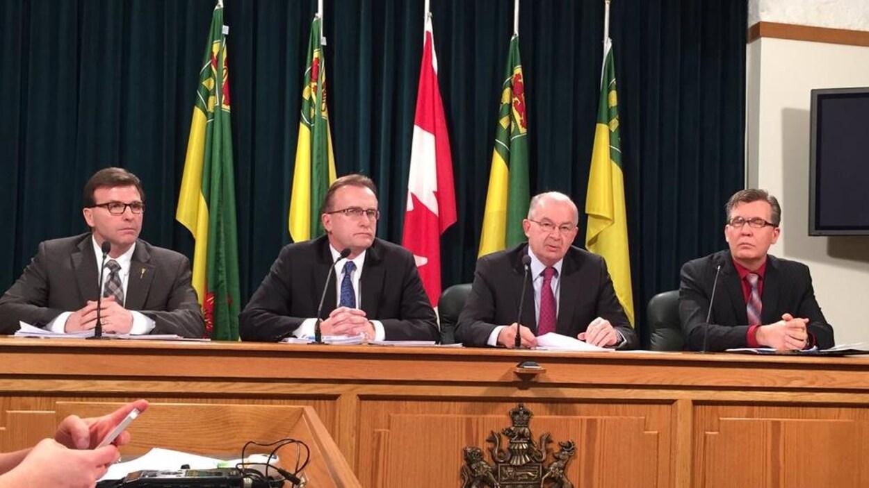 Le ministre de la Santé Jim Reiter accompagné de membres du comité consultatif sur la structure du système de santé.