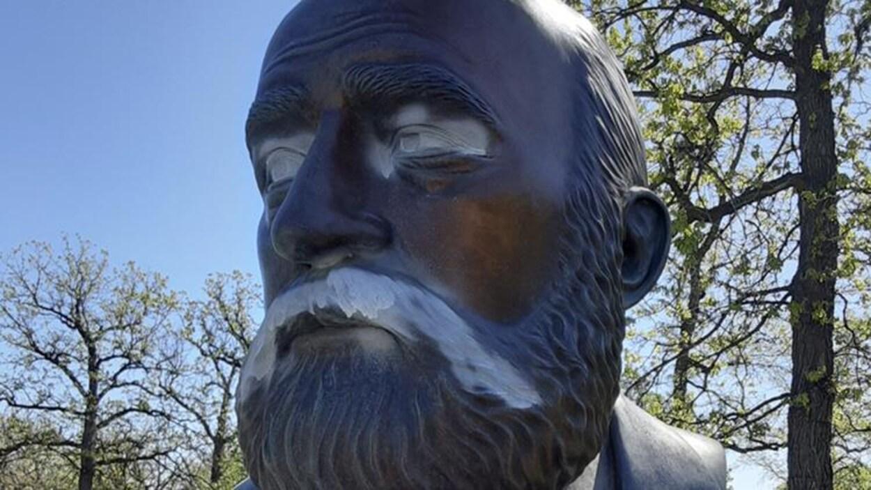 Le visage de Georges Fores monté sur un socle.