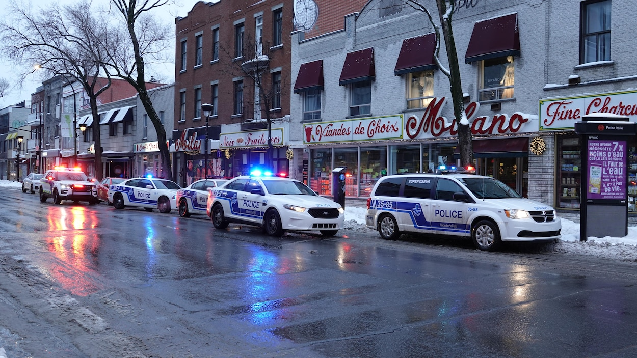 Plusieurs véhicules de police devant Milano, sur le boulevard St-Laurent à Montréal.