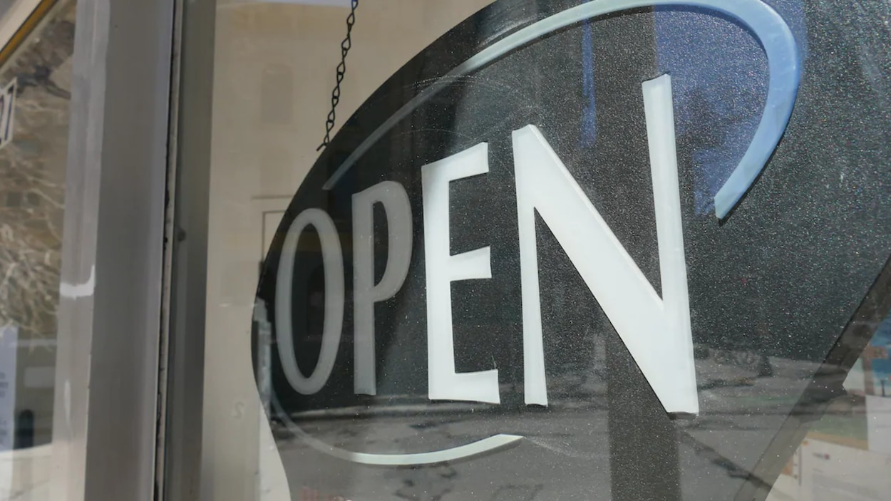 Une pancarte qui montre qu'un commerce est ouvert aux consommateurs.