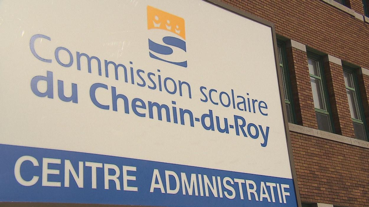 L'enseigne devant le centre administratif de la Commission scolaire du Chemin-du-Roy