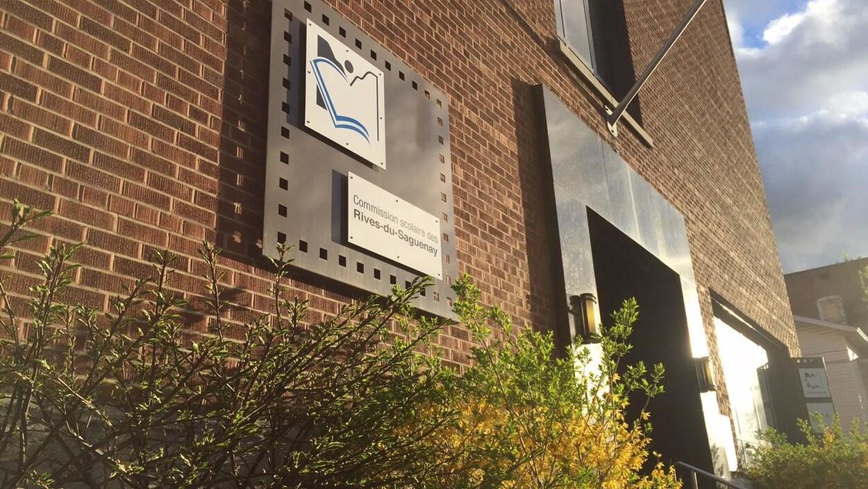 La façade de l'édifice administratif du Centre de services scolaires des Rives-du-Saguenay.
