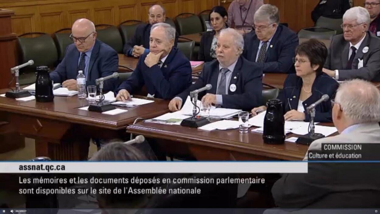 Le président de l'Association Gaétan Gilbert et la présidente de la Commission scolaire de la Baie-James Lyne Laporte-Joly sont assis à une table.