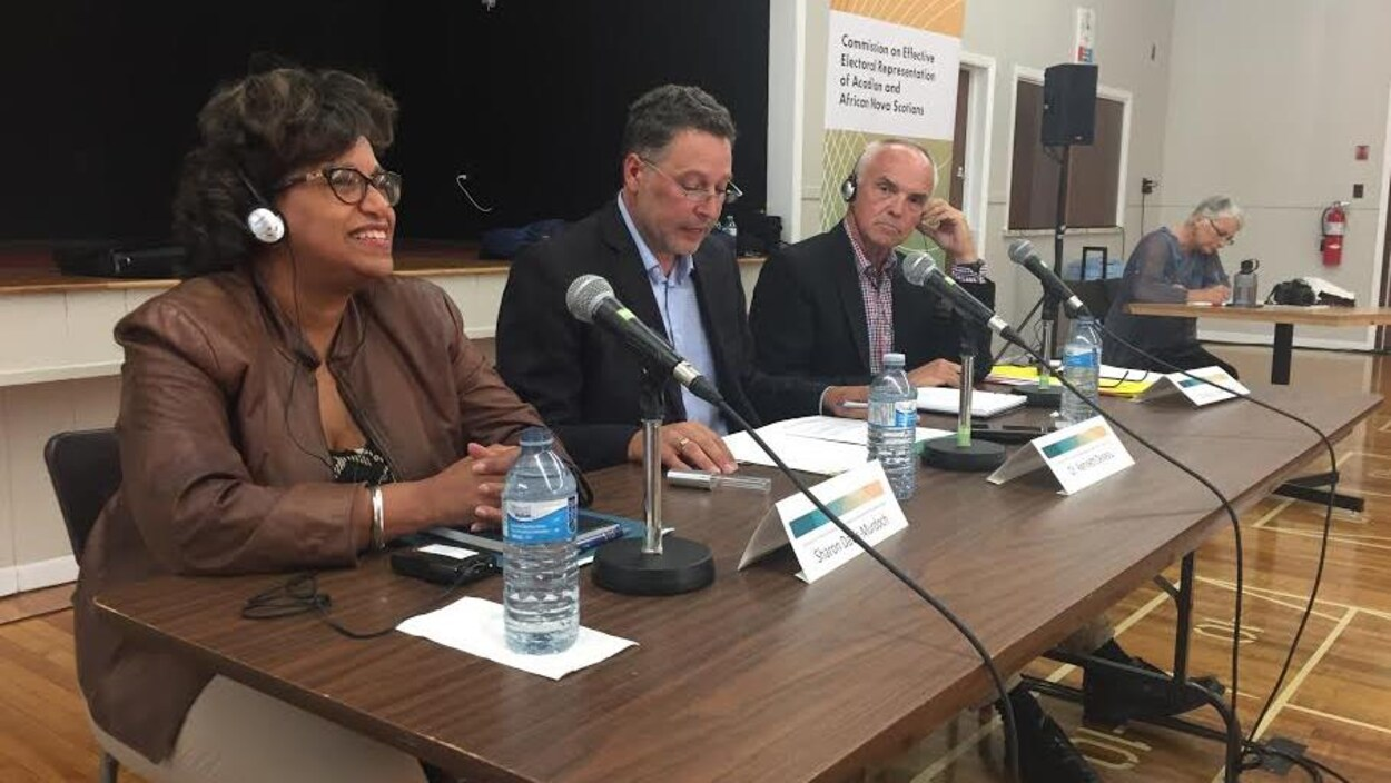 La Commission indépendante sur la représentation effective a tenu une audience publique à Saulnierville, mardi soir : de gauche à droite, Sharron David-Murdoch, Kenneth Deveau et Doug Keefe.