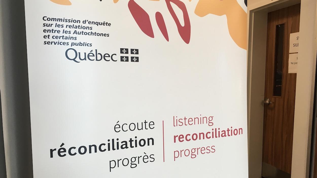 Une affiche de la Commission d'enquête sur les relations entre les Autochtones et certains services publics.