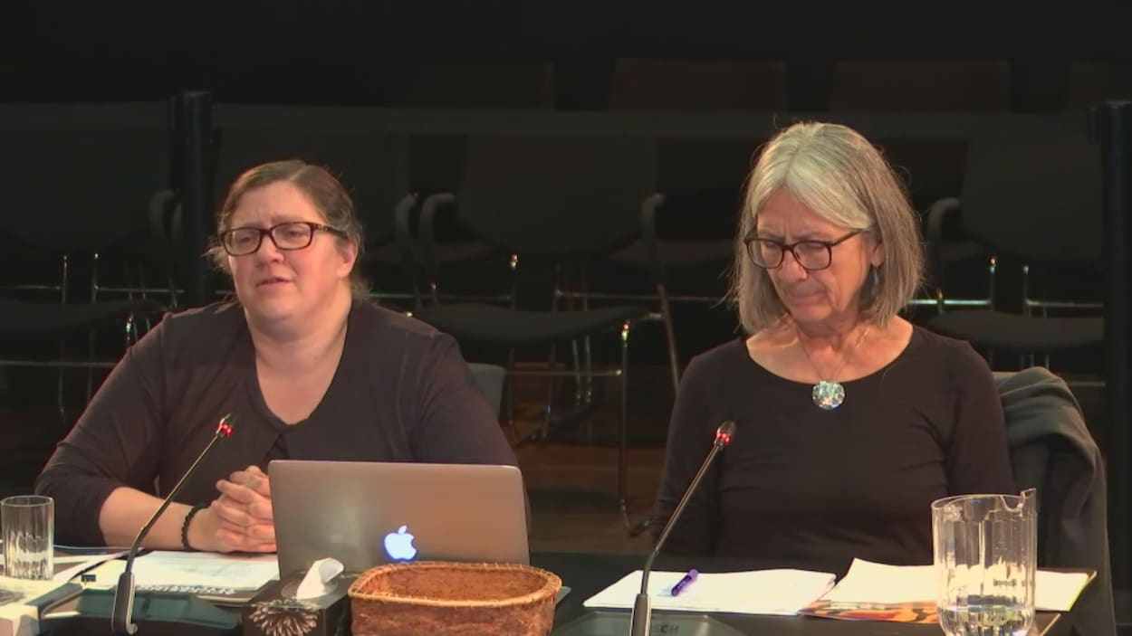 Hadley Friedland (à gauche), professeure à la Faculté de droit de l'Université de l'Alberta et Val Napoleon (à droite), professeure à la Faculté de droit de l'Université de Victoria et directrice du Indigenous Law Research Unit de l'Université de Victoria