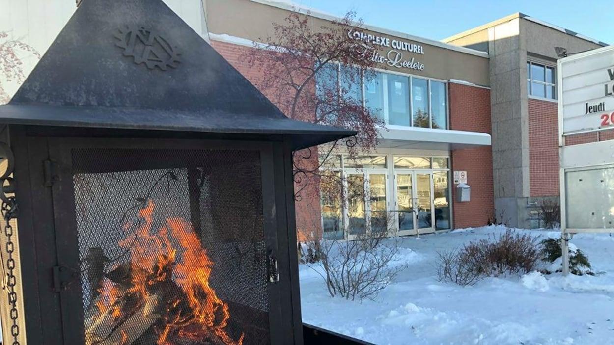 La façade extérieure du complexe en hiver.