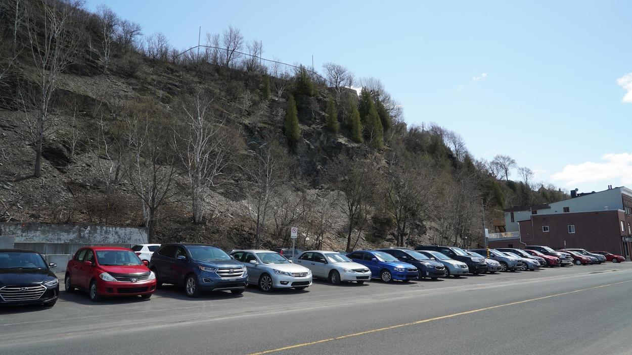 Le terrain où sera implanté le complexe hôtelier est situé entre la falaise et le quai Paquet.