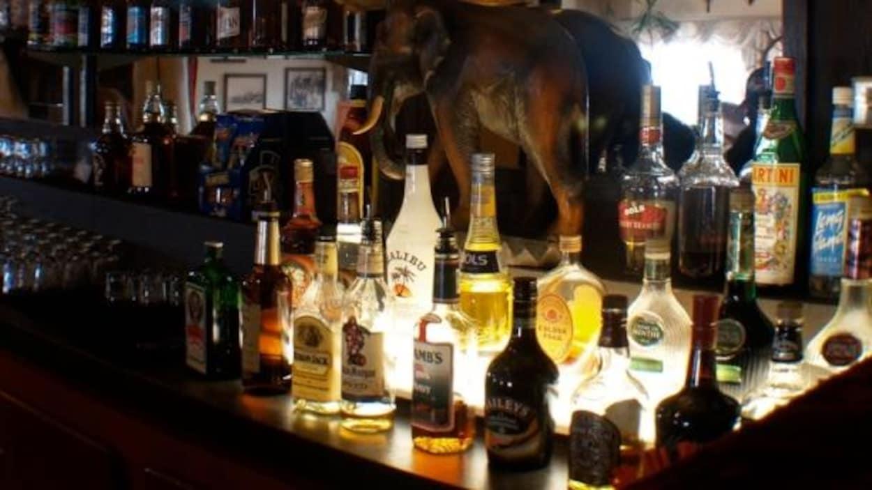 Un comptoir de bar