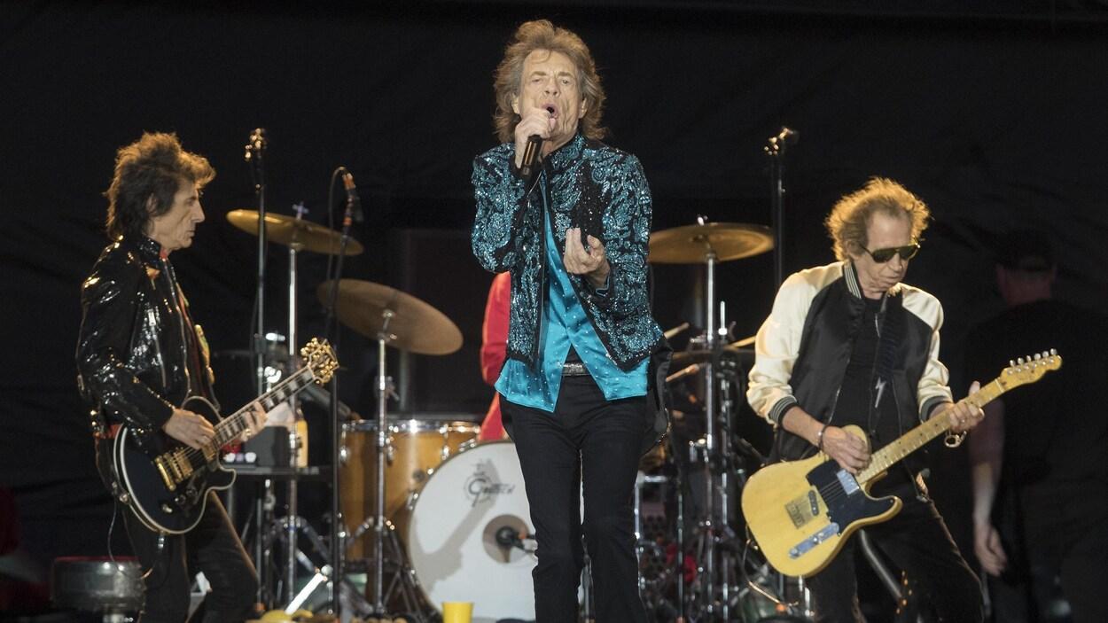 Mick Jagger chante sur scène.