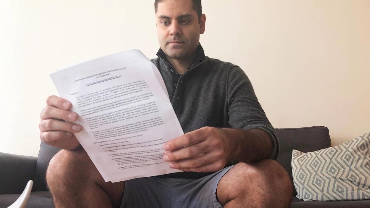 Photo d'un homme qui tient une lettre.