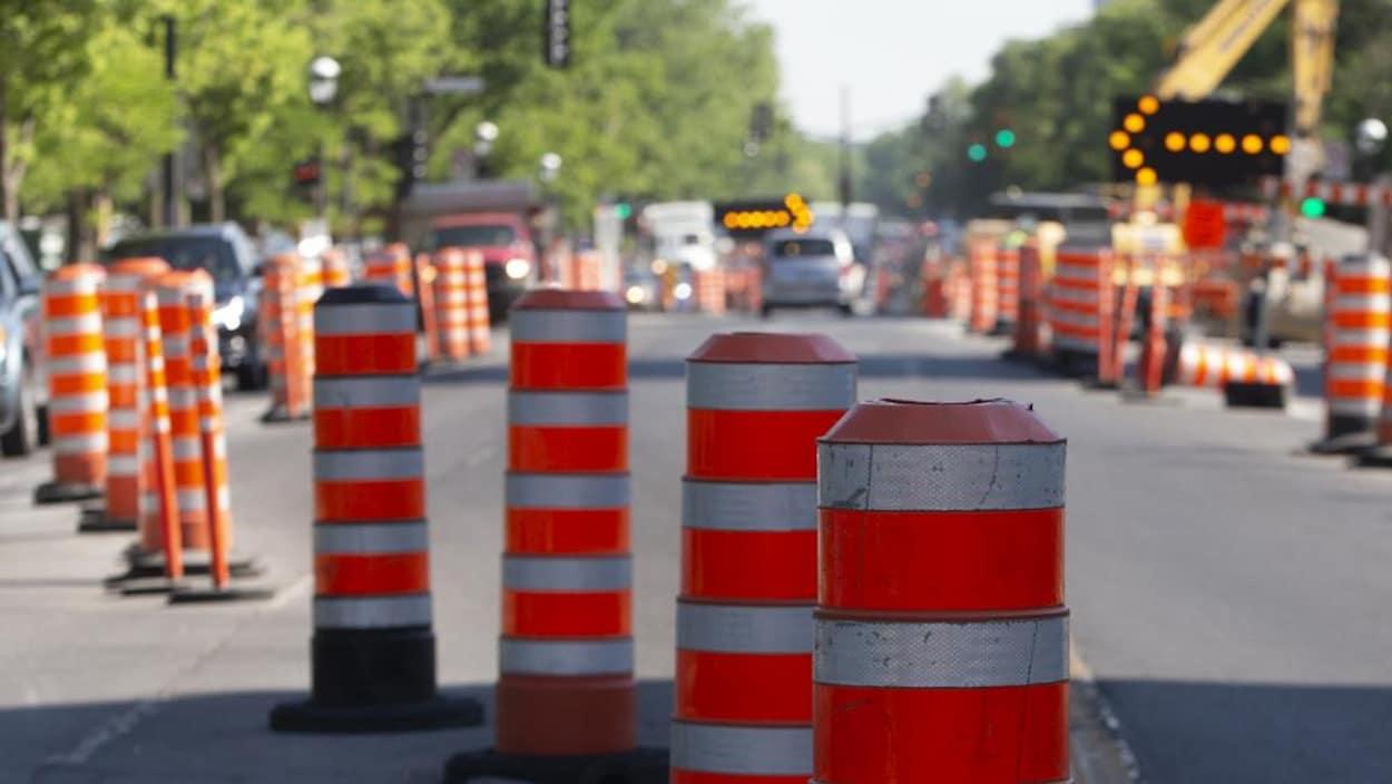 Des travaux et des cônes oranges dans une rue de Montréal.
