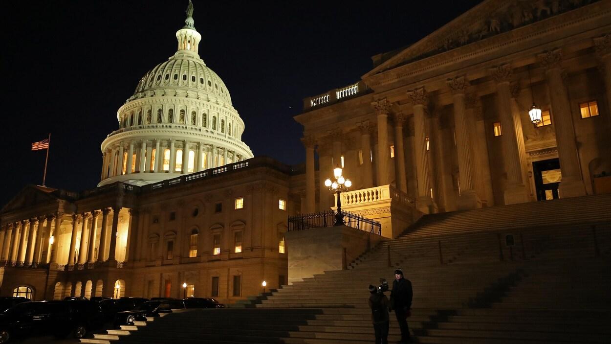 Le Capitole, abritant le Sénat et la Chambre des représentants, de nuit, et ses escaliers.