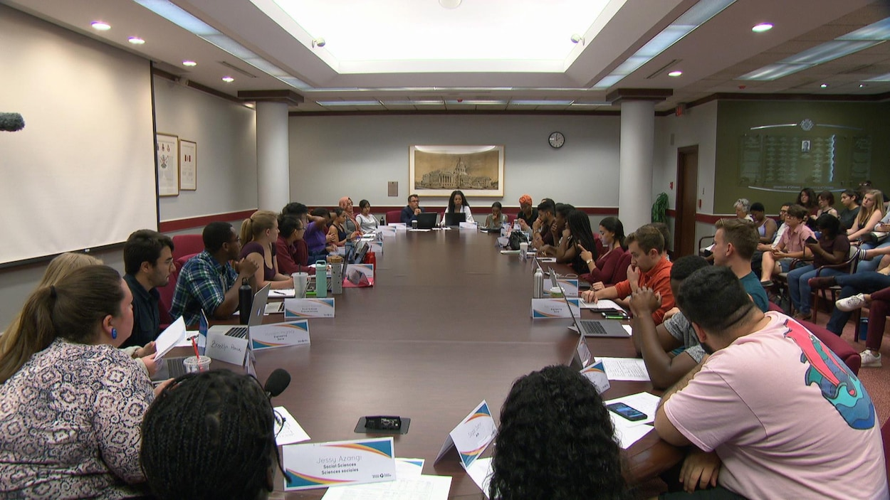 Le CA de la FEUO réuni autour d'une table de conférence.