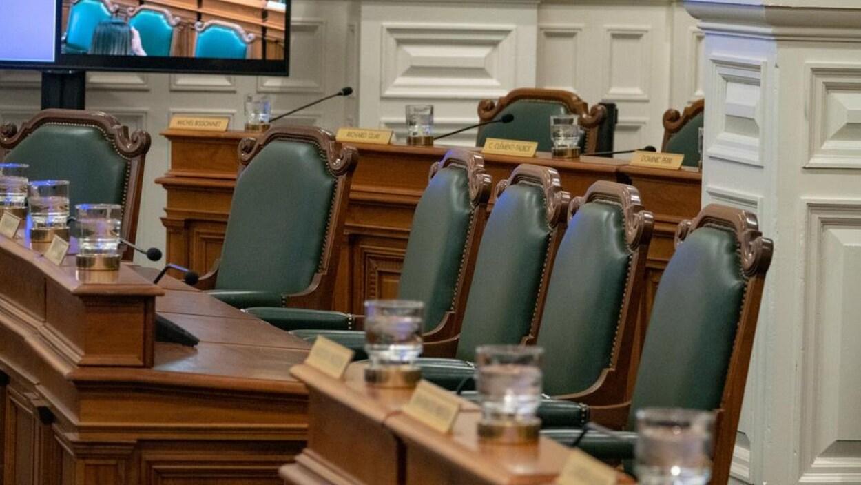 Sièges vides dans la salle du conseil municipal de la Ville de Montréal dans l'édifice Lucien-Saulnier.