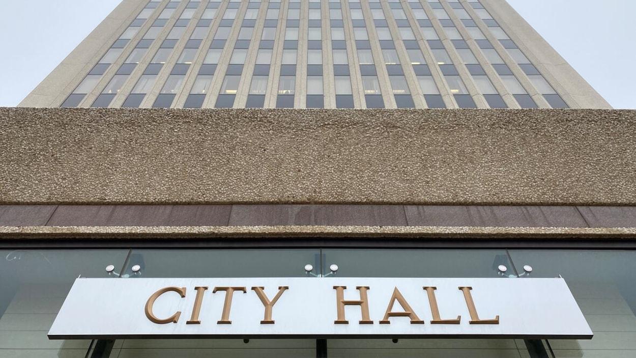 Gros plan sur l'édifice qui abrite l'hotel de ville de Regina.