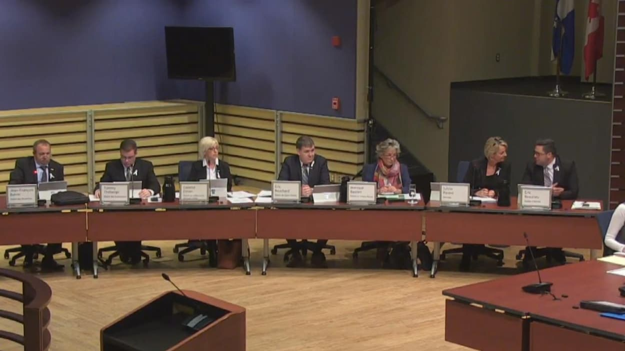 La mairesse Parent discute avec le vice-président de son comité exécutif, Éric Beaulieu.