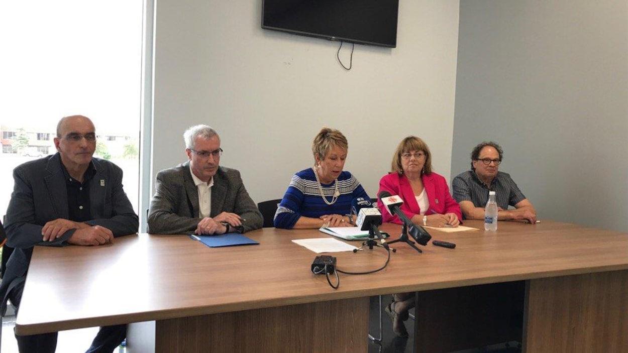 Les cinq conseillers issus de l'ère Corriveau ont annoncé en point de presse qu'ils ne se représenteraient pas aux prochaines élections municipales.