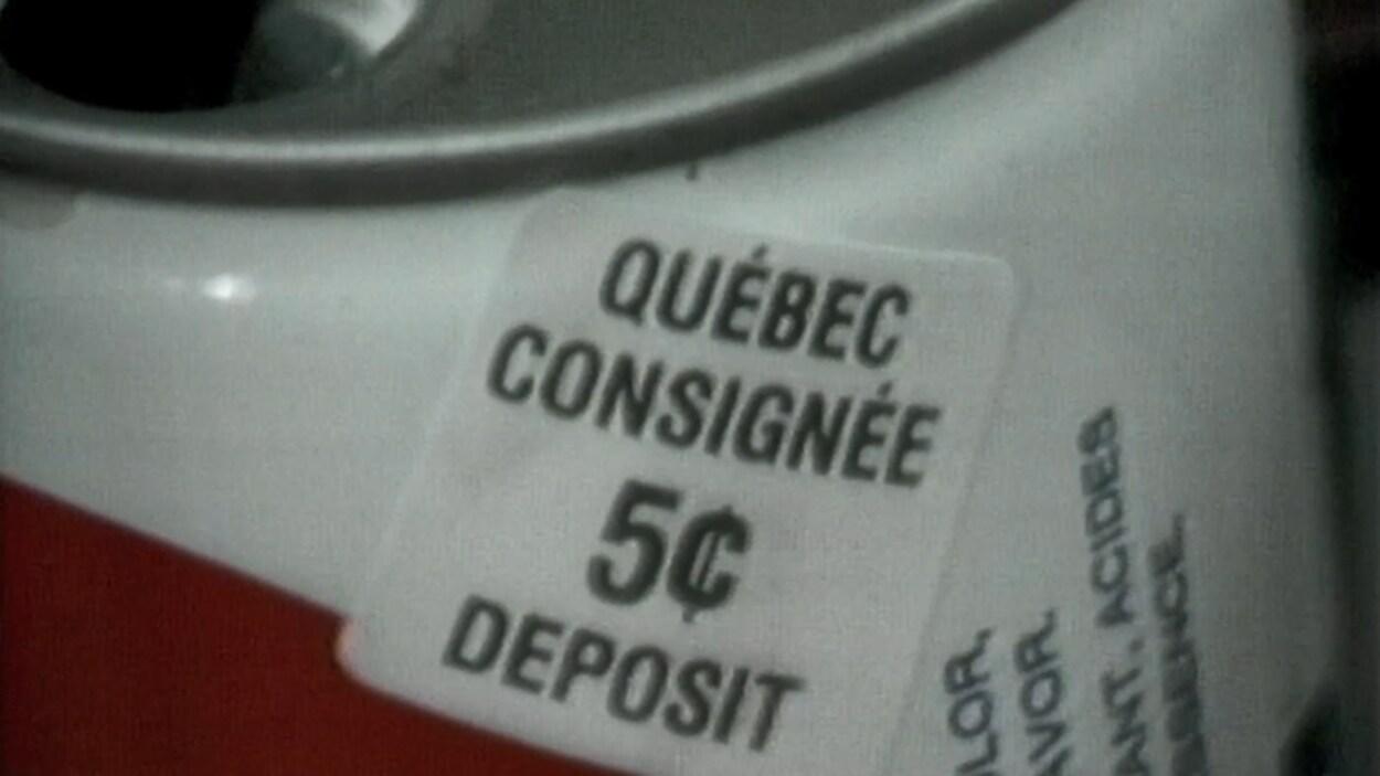 Timbre sur une canette consignée indiquant le 5 cents de dépôt.