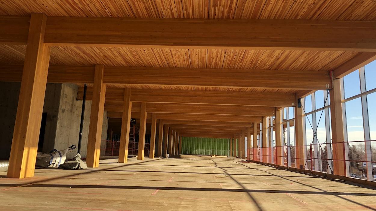 Un édifice en construction avec un plafond en bois.