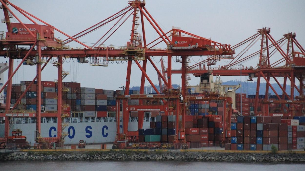 Des conteneurs au port de Vancouver