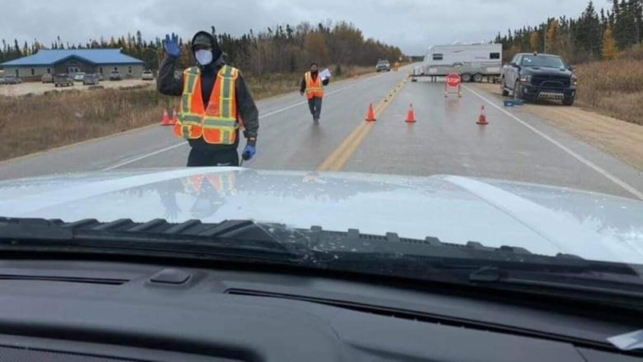 Des personnes arrêtent des automobilistes qui circulent dans la Première Nation Misipawistik.