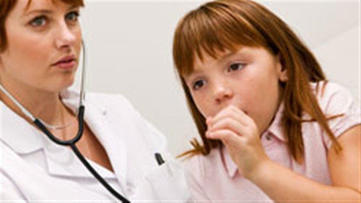 Une fillette qui tousse dans le bureau d'une médecin