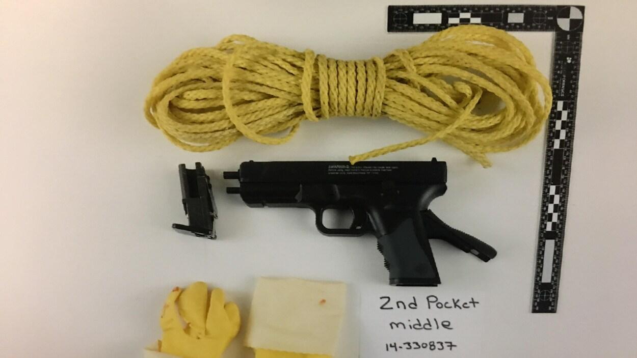 Une corde jaune et un pistolet à air comprimé