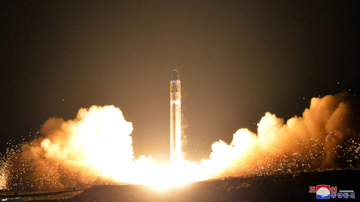 Un test de missile est montré à la télé coréenne.