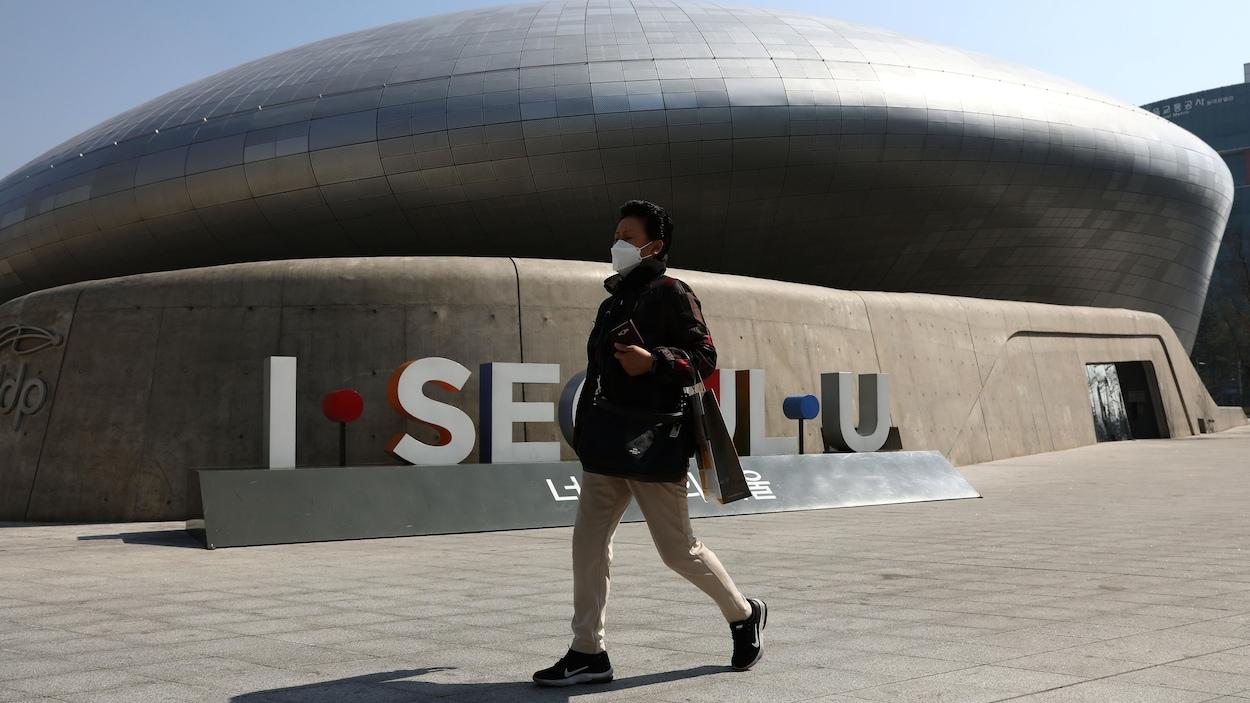 Une femme sud-coréenne porte un masque pour se protéger du coronavirus, le 18 mars 2020, à Séoul.