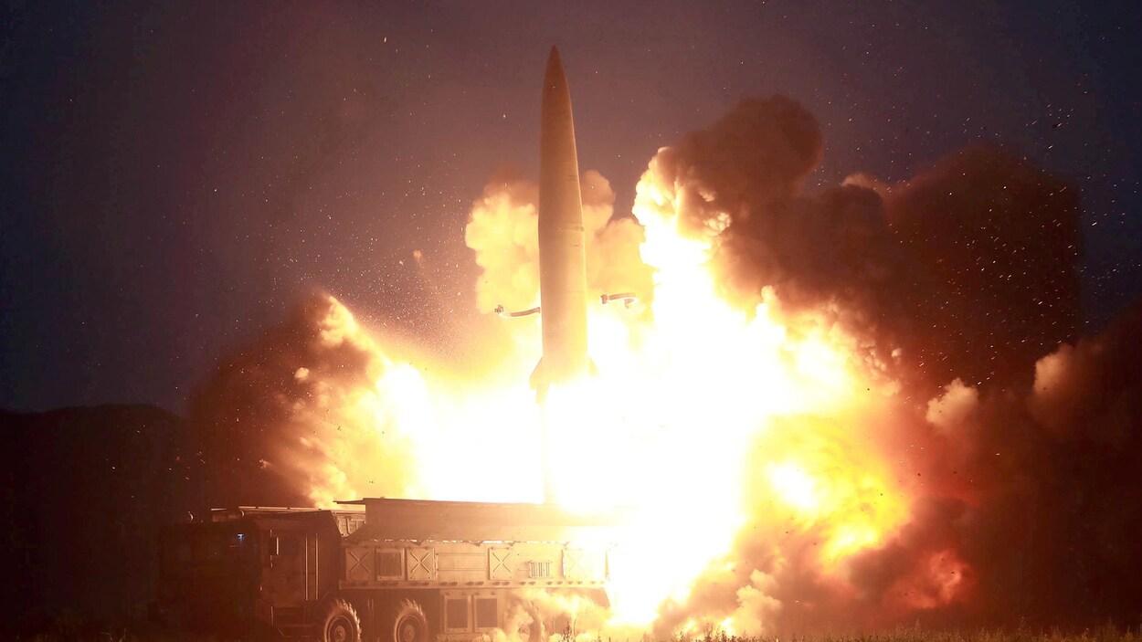 Un tir de missile à partir d'une rampe de lancement mobile.