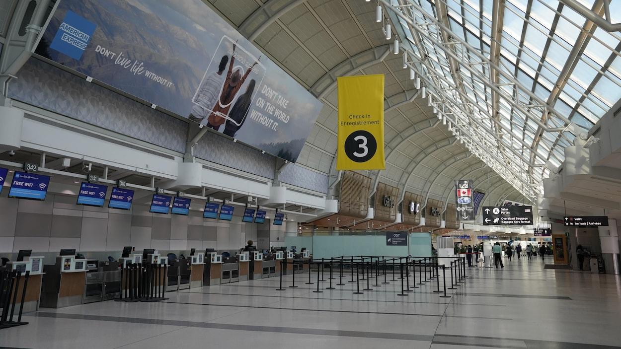 L'aéroport international Pearson de Toronto presque vide de voyageurs.