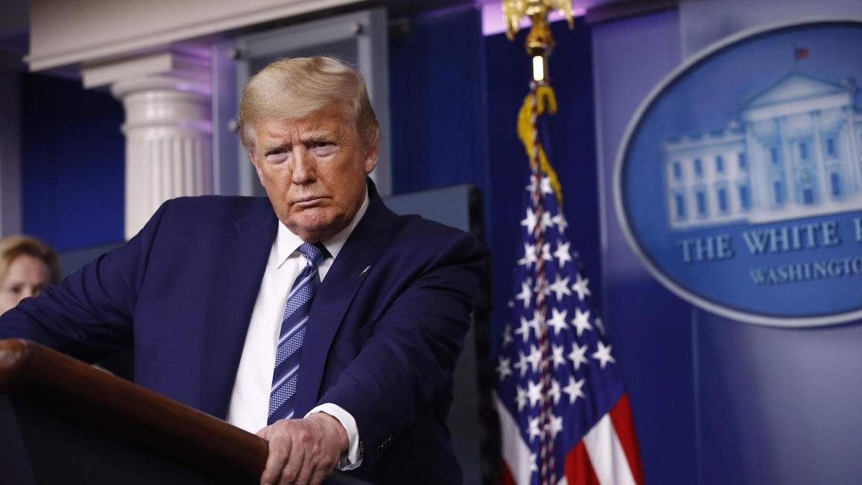 Le président américain Donald Trump se tient au pupitre lors d'une conférence de presse à la Maison-Blanche.