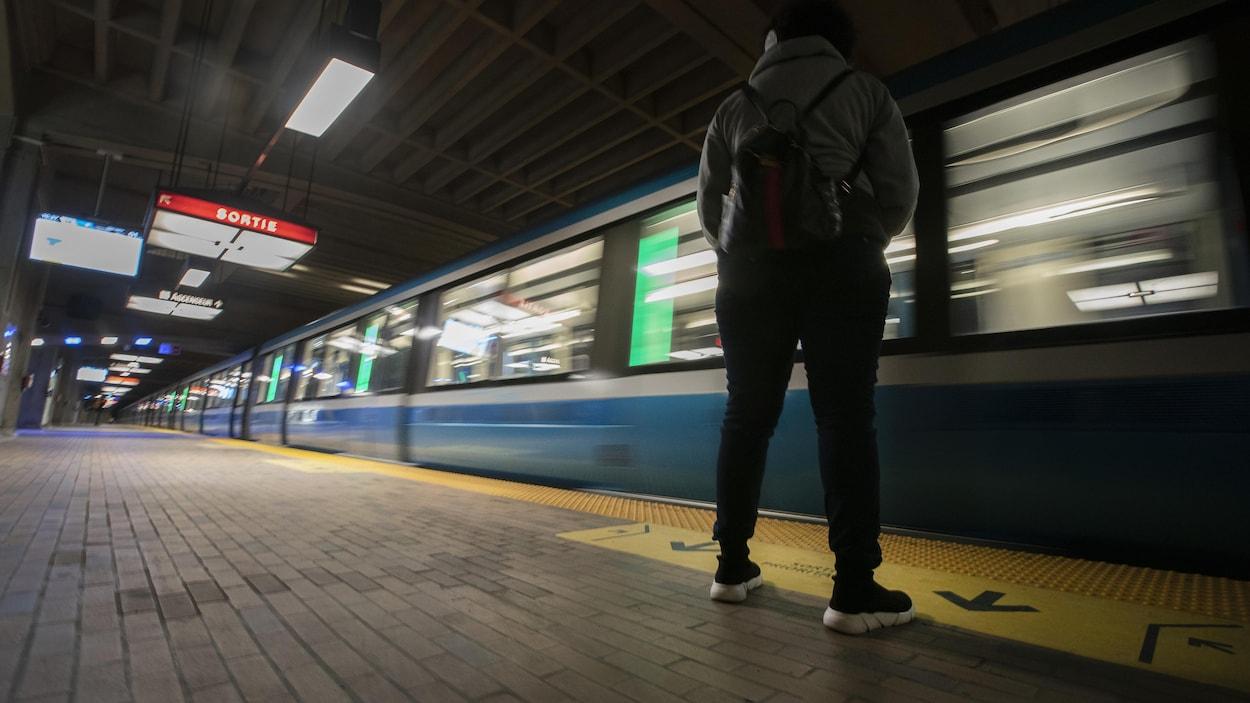 Une personne attend un métro.