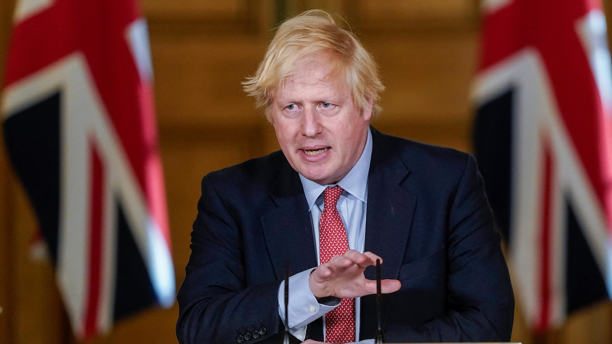 Boris Johnson debout sur une tribune.