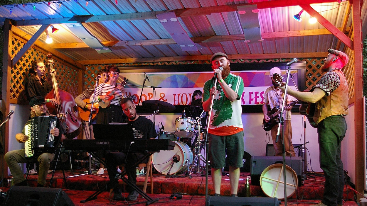 Les artistes qui preste sur la scène du  Whoop & Hollar Folk Festival.