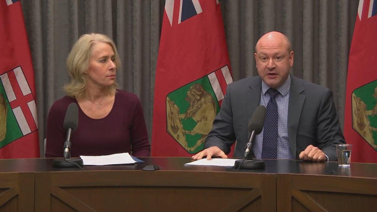 Le médecin hygiéniste en chef du Manitoba, le Dr Brent Roussin, et l'infirmière en chef de Soins communs, Lanette Siragusa en conférence de presse.