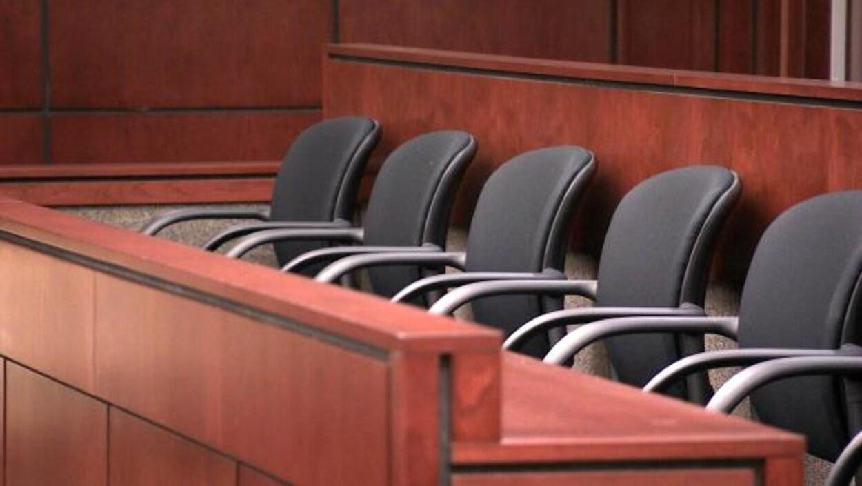 Les sièges d'un jury dans un tribunal.