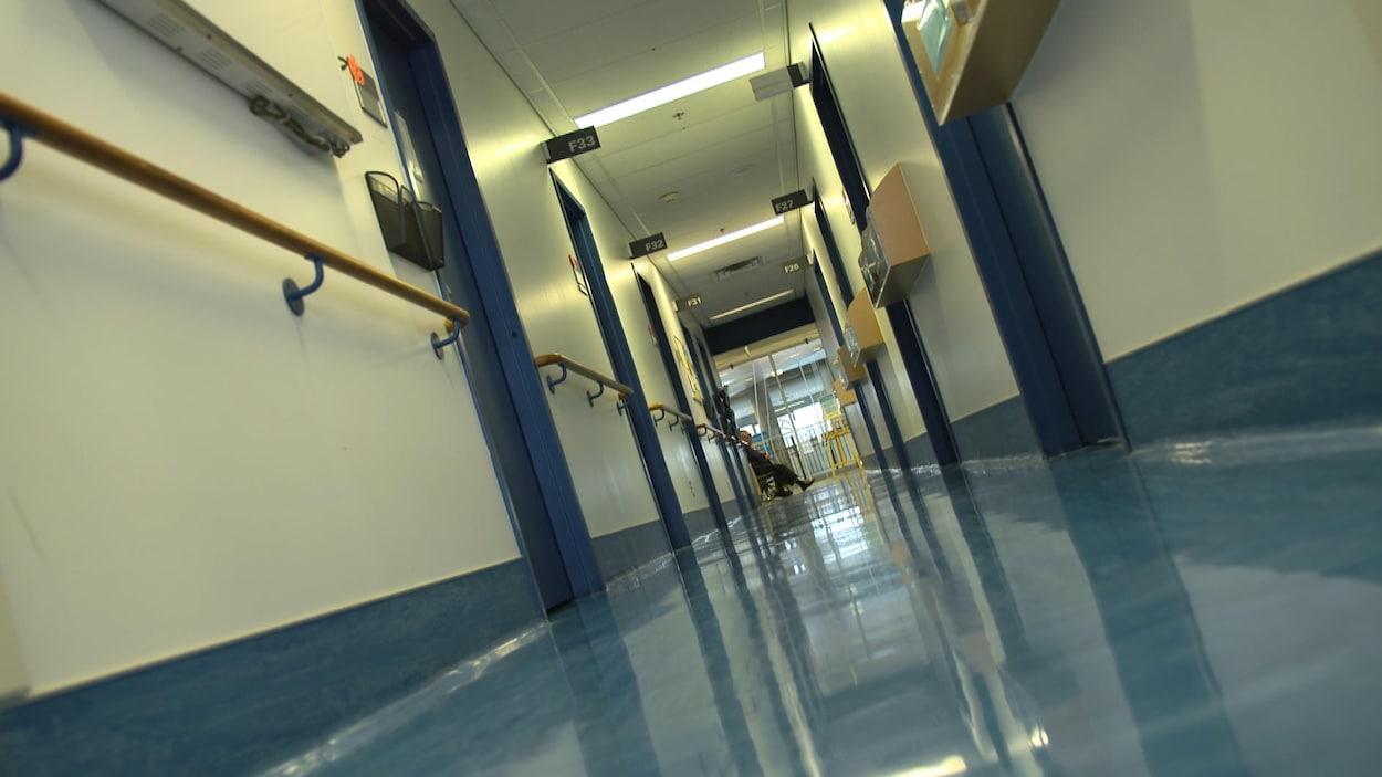Un corridor d'hôpital.