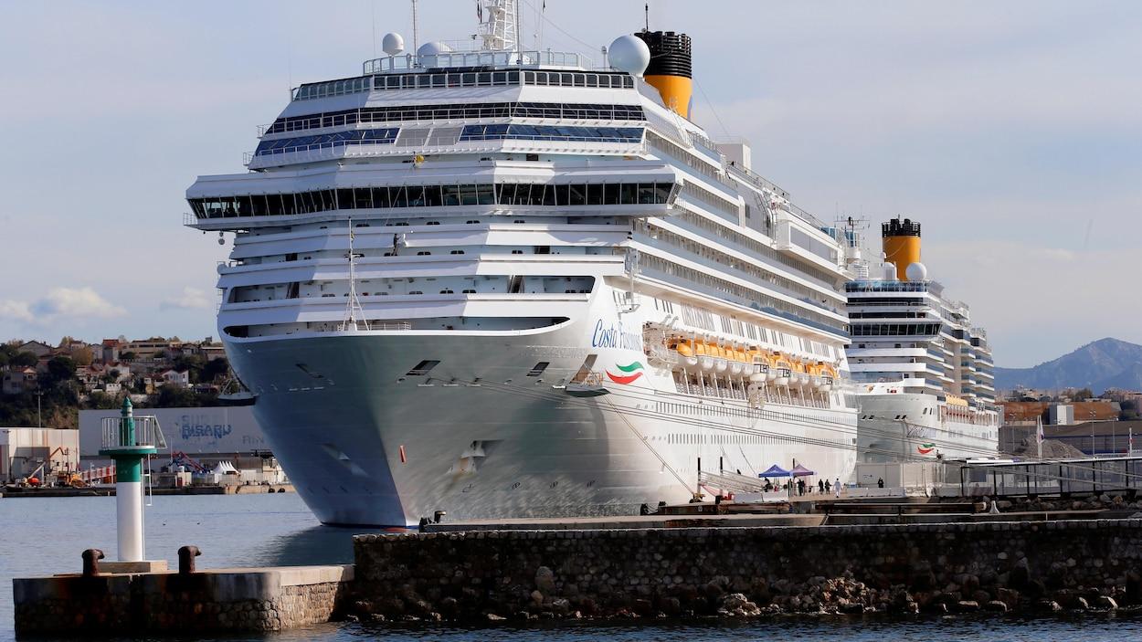 Les navires de croisière Costa Luminosa et Costa Fascinosa, dans le port de Marseille, en France.
