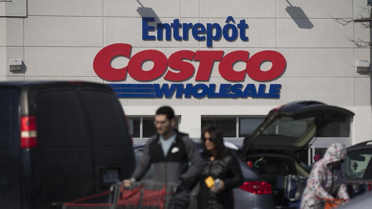 Des clients dans le stationnement d'un magasin Costco.