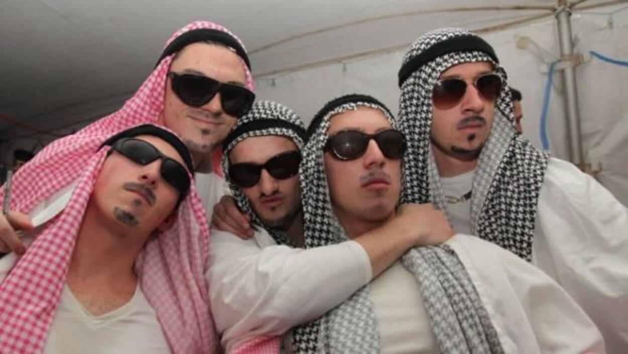 Photo d'étudiants de l'Université Queen's qui sont costumés en cheiks