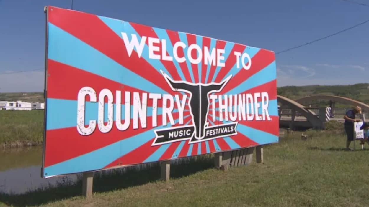 Panneau où il est écrit en anglais : « Bienvenue au festival de musique Country Thunder »