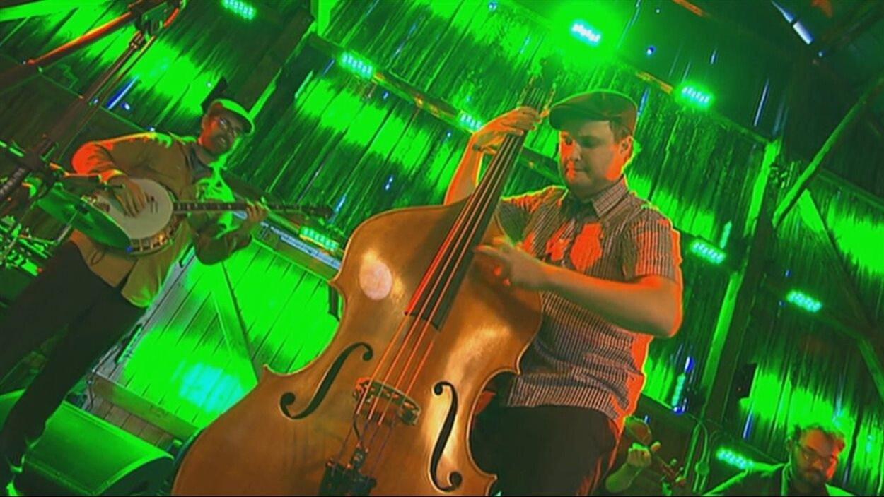 Un musicien joue de la contrebasse.